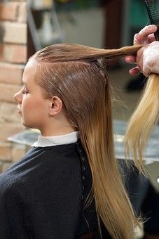 屋内 室内 モデル 外国人 人物 人 人間 大人 女性 女 10代 20代 若い ロングヘア 男性 男 2人 美容師 ヘアケア 頭 髪 茶髪 金髪 ブロンドヘア  美容院 ヘアサロン ヘアダイ 毛染め 色 付ける 塗る 刷毛 ブリーチ 美容 座る 背中 横向き 長髪 髪の毛 美容室 ヘアカラー カラーリング mdff135