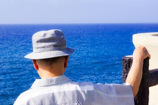 海 青 男性 背中 おじいちゃん 老人 太平洋 語る 帽子 想い 見つめる 水平線 南国 沖縄 大海 オーシャン 気持ち 真剣 決意