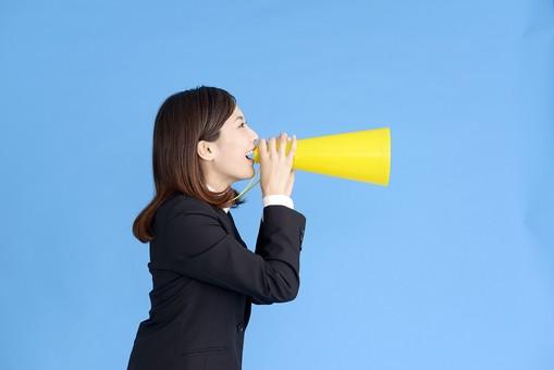 人物 女性 日本人 20代 若者  ビジネス スーツ 黒 紺色 セミロング  OL 社会人 会社員 ビジネスマン 就活  就職活動 真面目 ポーズ 屋内 スタジオ撮影  ブルーバック 上半身 横向き 横顔 メガホン 応援 声援 励ます 叫ぶ mdjf013