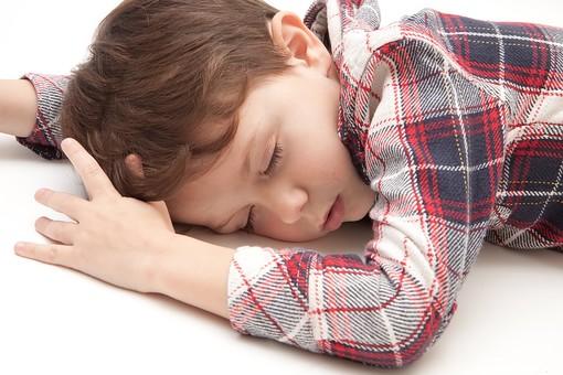 人物 こども 子ども 子供 男の子   少年 幼児 外国人 外人 かわいい   無邪気 あどけない 屋内 スタジオ撮影 白バック   白背景 ポートレート ポーズ キッズモデル 表情  シャツ  カジュアル  上半身 寝そべる 寝る 眠い 眠り うたた寝 昼寝 睡眠 うつ伏せ mdmk010