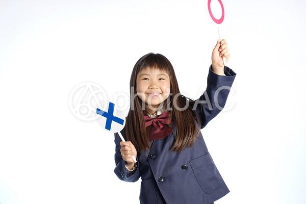 札を持った女の子の写真