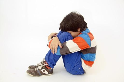 人物 生物 人間 生徒 学生 学童 子ども かわいい キッズ 幼い 外国 外国人 学校 勉強 学び 教育 教室 男の子 男子 ポーズ 示す 体育座り 座る 姿勢 しょんぼり がっかり 落ち込む 孤独 切ない ひざを抱える mdmk005