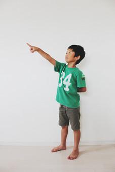 子供 人物 男の子 小学生 指差す 日本人 男子 こども キッズモデル 全身 正面 室内 屋内 白バック 白背景 目指す 目標 チャレンジ 挑戦 指差し 横向き 示す 方向 上 ポーズ mdmk025