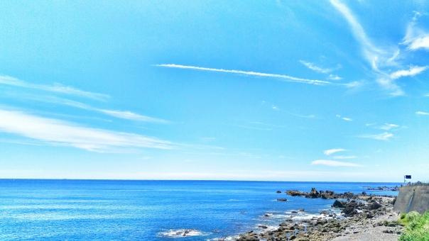 自然 風景 景色 晴れ 晴天 快晴 青空 青い ブルー 空 そら スカイ スカイブルー 水色 みずいろ 雲 白い ホワイト 芸術 アート 太陽 ギラギラ まぶしい ひかり 輝き 暑い 夏 サマー 休み 休日 ゆっくり さんぽ ドライブ 車 爽快 さわやか 風 気持ちいい リフレッシュ 癒し リラックス 田舎 のどか 海 うみ 海辺 浜辺 ビーチ 海水浴 水着 サンダル たのしい エンジョイ ハッピー きれい 美しい ビューティフル うるおい 波 おだやか 南国 四国 高知
