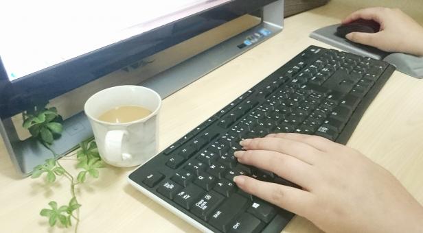 パソコンを操作する手の写真