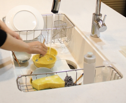 食器洗い 家事 お皿を洗う インテリア 用事 炊事 後片付け 水 水道 蛇口 スポンジ お皿 食器 洗剤 お箸 キッチン 台所 働く手 お母さん 母親