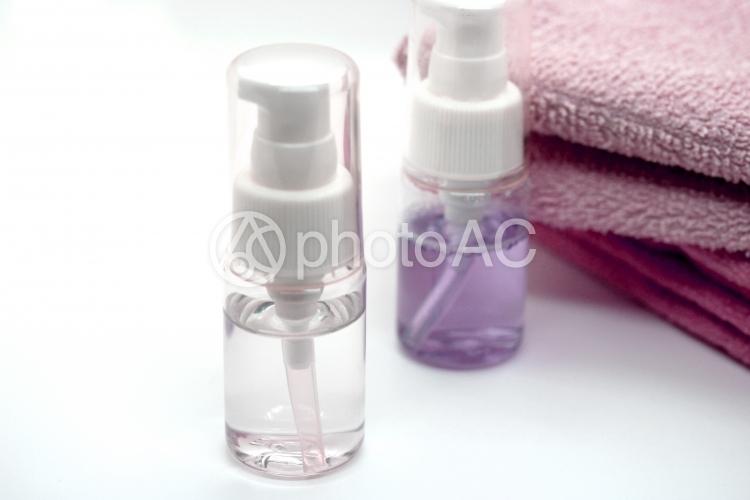 液体の入ったスプレーボトルの写真
