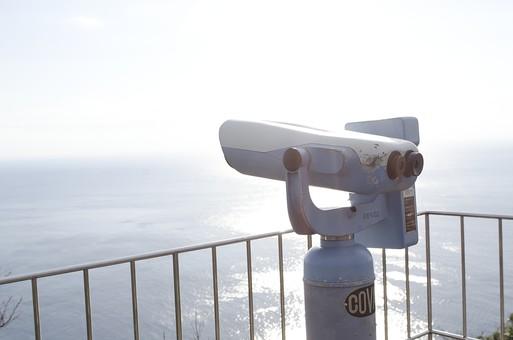 双眼鏡 そうがんきょう 見る 眺め 景色 覗く 風景 遠く レンズ 空 海 目視 見 目 望遠鏡 対物レンズ 接眼レンズ 太陽光  展望台 海原 大海 視る フェンス binoculars 快晴