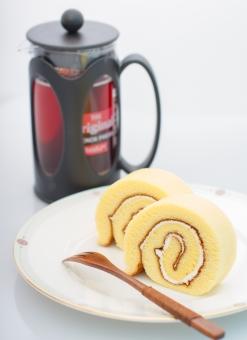 ケーキ ロールケーキ cake 生クリーム スポンジ 生地 紅茶 おやつ スウィーツ 洋菓子 フォーク 陶器 お皿