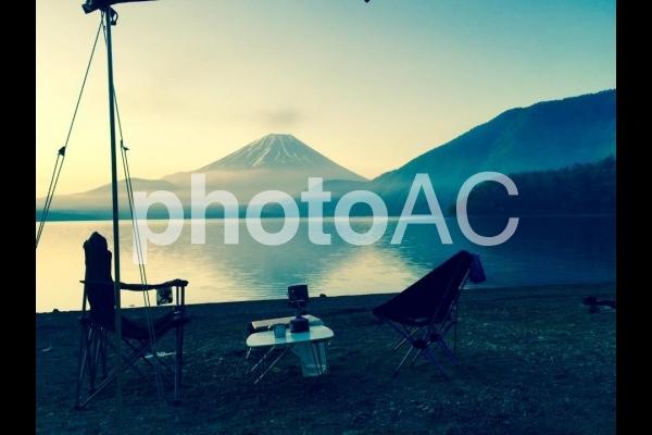朝もやの湖畔のキャンプ場の写真