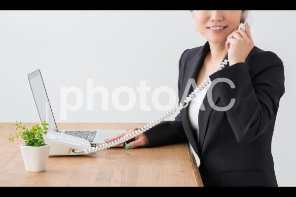 電話する女性の写真