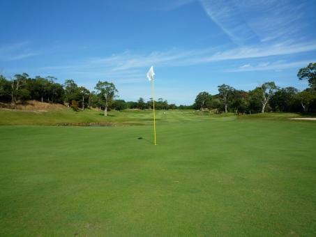 ゴルフ ゴルフ場 芝生 コンペ ゴルフコンペ 横位置 癒やし 秋のゴルフ場 快晴 天然芝 グリーン周り