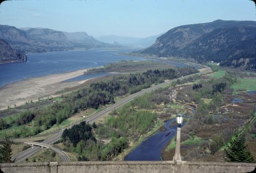 コロンビア川 俯瞰 峡谷 オレゴン アメリカ インターステート ハイウェー 高速道路 vista house