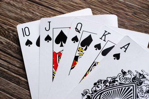 トランプ ポーカー 切り札 切札 最強 勝負 ギャンブル ロイヤルストレートフラッシュ 賭け事 賭け 強い チャンピオン テーブル