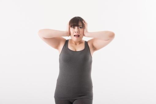 日本人 女性 ぽっちゃり 肥満 ダイエット 痩せる 痩せたい 目標 ビフォー アフター 太っている 太り気味 メタボ メタボリックシンドローム 脂肪 体系 ボディー 白バック 白背景 肉 びっくり ビックリ 驚く 上半身 タンクトップ 頭を抱える 頭を押さえる 口を開ける 正面 悩む mdjf020