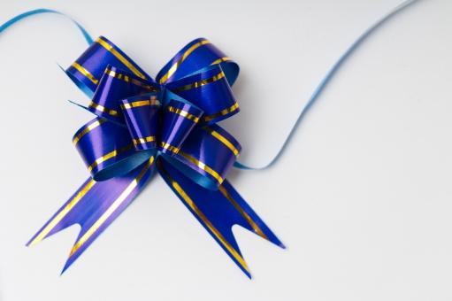 リボン 包装 ラッピング プレゼント包装 紐 結ぶ 飾る 可愛い キュート 華やか プレゼント 贈り物 ギフト ホワイトデー バレンタインデー 誕生日 バースデイ バースデー お祝い クリスマス イベント 記念日 素材 フレンチボウ 贈呈品 贈答品 贈る ブルー 青 白背景 雑貨