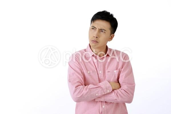 腕組みする男性1の写真