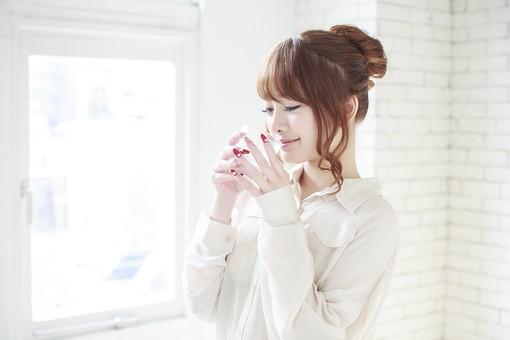 人物 女性 日本人 若い 20代   シャツ ブラウス モデル かわいい  キュート  ポーズ おすすめ 屋内 室内  部屋  朝 ライフスタイル 上半身 飲み物 水 コップ グラス 飲む 美容 健康 明るい 窓辺 mdjf005
