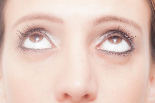 人物 女性 外国人 外国人女性 外人 外人女性 白人 白人女性 顔 かお カオ フェイス パーツ ボディーパーツ 部分 アップ 接写 フェイスパーツ 目 眼球 瞳 化粧 メイク アイメイク アイライナー マスカラ コンタクト コンタクトレンズ 眼科 眉毛 鼻 美容 素肌 基礎化粧