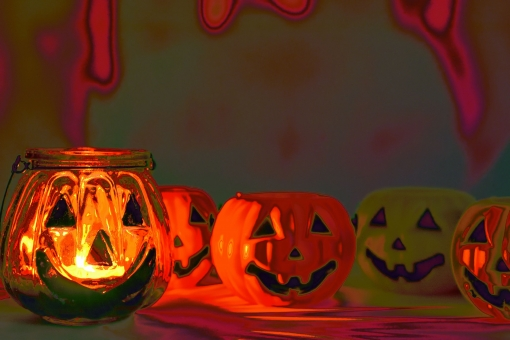 ハロウィン halloween ハロウィーン en かぼちゃ かぼちゃのお化け お化けかぼちゃ ジャック・オー・ランタン パンプキン 南瓜 カボチャ イベント お祭り 10月 行事 パーティー 飾り 置き物 秋 暗闇 灯り 背景