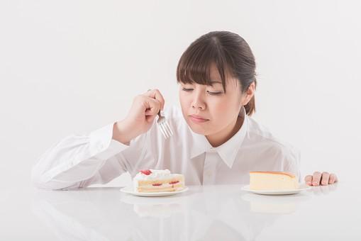 日本人  女性 一名 一人 1人 ぽっちゃり 肥満 ダイエット 痩せる 痩せたい 目標 ビフォー アフター 太っている 太り気味 メタボ メタボリックシンドローム 脂肪 体系 ボディー 白バック 白背景 シャツ ケーキ デザート 食べ物 甘い物 甘味 糖分 フォーク 食べている 食べる おいしい mdjf020