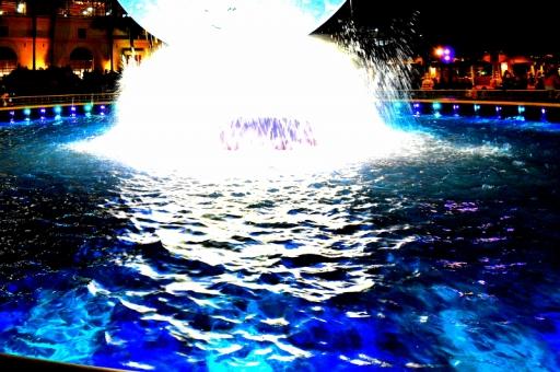 夜の噴水の写真