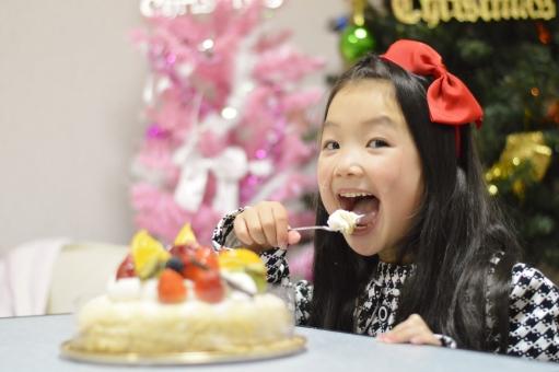 ケーキ 食べる 女の子 子ども こども 子供 美味しい 嬉しい クリスマスケーキ クリスマスツリー クリスマス ツリー 12月 冬