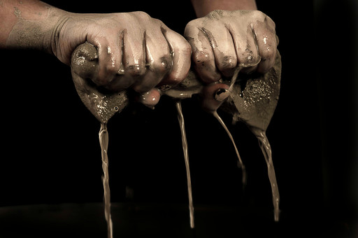 陶芸 工芸 伝統 手作り 職人 技 職人技 芸術 和風 アート 美術品 歴史 搾る 滴る 水 泥水 成形 粘土 手 手元 爪 指 アップ 接写 マクロ 工房 アトリエ