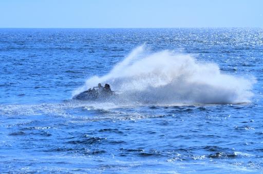 水上バイク 水上オートバイ ウォータージェット推進 パーソナルウォータークラフト プレジャーボート 海 海水 青空 青 水しぶき 飛沫 夏 小型船舶 空