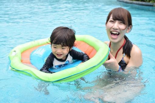 親子 母子 母 母親 ママ 女性 女の子 女の人 女 水着 ビキニ 子供 子ども こども 男の子 少年 あかちゃん 赤ちゃん ラッシュガード うきわ 浮輪 浮き輪 プール リゾート 休日 遊び バカンス holiday