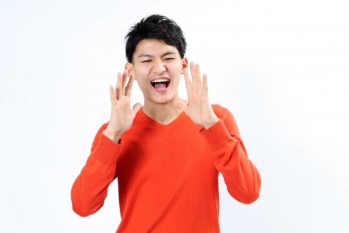 人物 生物 人間 男性 若い 青年 アジア アジア人 日本 日本人 ポーズ モデル ラフ 私服 オフ 赤い オレンジ 立つ ボディランゲージ 示す 伝える 意志 コミュニケーション 呼ぶ 声 大声 mdjm002