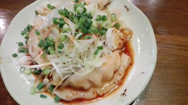 中華 包む 餃子 水餃子 ギョーザ ぎょうざ 皮 料理 食事 ごはん おかず 肉料理 日本 ラー油 ネギ ねぎ 美味しい おいしい 茹でる 茹で 辛い からい フード 食べ物 肉 らーめん屋さん ラーメン屋さん