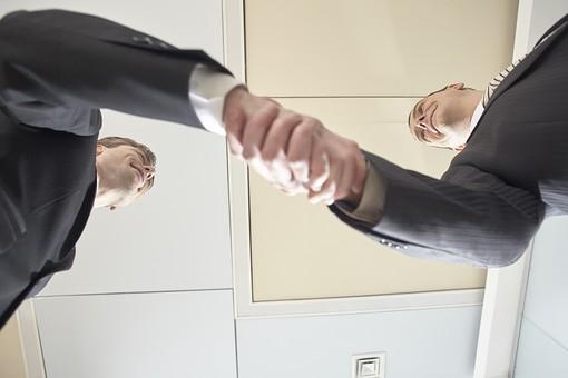 外国人 男性 男 男子 Men スーツ 背広 仕事 Job 働く サラリーマン 就労 労働 勤労 勤務 ビジネス  業務 お仕事 会社 オフィス 事務所 通勤 30代 40代 ビジネスマン 握手 シェイクハンド 挨拶 合意 契約 商談 結成 和解 mdfm043 mdfm044