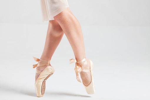 ダンス ダンサー ポーズ 体勢 姿勢 体位 女性 女 運動 スポーツ バレエ バレリーナ 下半身 脚 足 トゥシューズ バレエシューズ つま先 つま先立ち 交差 クロス 伸ばす リボン ふくらはぎ 筋肉 接写 クローズアップ