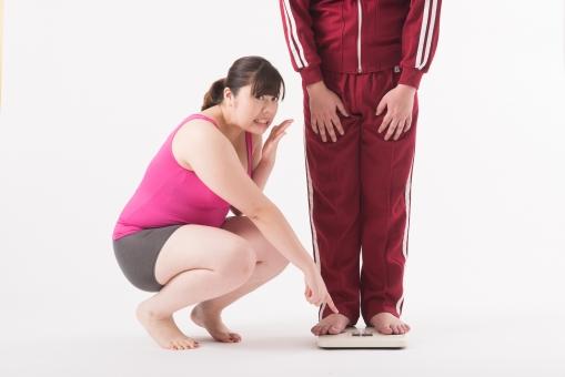 日本人 女性 男性 二名 二人 男女 カップル 友人 友達 仲間 ぽっちゃり 肥満 ダイエット 痩せる 痩せたい 目標 ビフォー アフター 太っている 太り気味 メタボ メタボリックシンドローム 脂肪 体系 ボディー 白バック 白背景 ジャージ 体重計 体重を計る 体重を測る 指摘 体重計に乗る 笑われる 冷やかされる ダメだし ダメ出し ちゃかされる 立つ 驚く mdjf020 mdjm017
