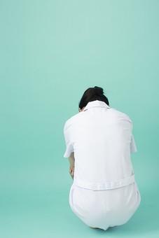 人物 女性 日本人 20代 30代  仕事 職業 医療 病院 看護師  ナース 医者 医師 女医 白衣  看護 屋内 スタジオ撮影  背景 グリーンバック  おすすめ ポーズ 全身 後姿 後ろ姿 後向き 屈む 座る 落ち込む 悩む 憂鬱 薬剤師 mdjf010 グリーン 緑