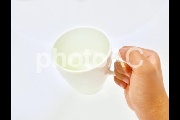 白いコップの水の写真