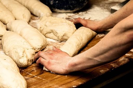 パン パン作り ブレッド フランスパン カンパーニュ 手作り パン屋 ホームメイド クッキング 天然酵母 小麦粉 強力粉 イースト菌 ドライイースト 全粒粉 生地 こねる 伸ばす 丸める 発酵 砂糖 塩 材料 並べる オーブン 焼く 天板 寝かせる