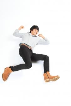 人物 生物 人間 男性 若い 青年 アジア アジア人 日本 日本人 ポーズ モデル 全身 カジュアル ラフ パンツ シャツ ブーツ 寝る 寝転がる 寝そべる コミカル おもしろ テンション ネタ お笑い 楽しい mdjm002
