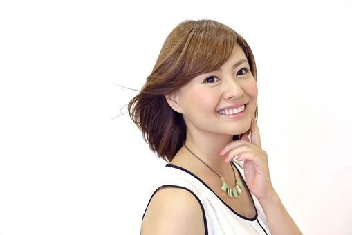 人物 女性 日本人 若い 若者  20代 お客 モデル カットモデル 美容室  美容院 ヘアーサロン 屋内 室内 白バック  白背景 美容 ビューティー おしゃれ オシャレ  スタイリング 髪の毛 セミロング 笑顔 上半身  ポートレート なびく ふんわり 軽やか 軽い 風 さらさら サラサラ mdjf003