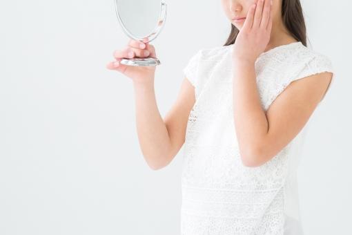 鏡を見る女の子(真顔)の写真