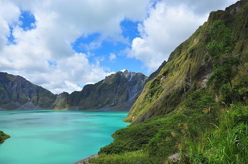 自然 植物 草 野生 雑草 葉 葉っぱ 緑 崖 苔 木 樹木 山 山並み 空 雲 晴天 青空 コントラスト 水 池 沼 川 エメラルドグリーン 澄んだ 綺麗 鮮やか 風景 景色 フィリピン 外国 熱帯 東南アジア 島国