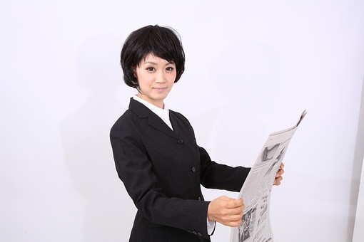 サラリーマン 女 女性 会社員 若者 女子  スーツ 部下 営業 OL 社会人 ビジネス 人物 社員 日本人 20代 仕事 カツラ かつら ウィッグ 笑顔 スマイル 新聞 英字新聞 ニュース 時事 スタジオ 白バック 白背景 mdjf028