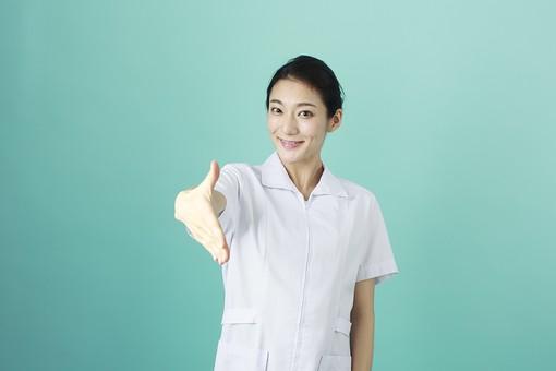 人物 女性 日本人 20代 30代   仕事 職業 医療 病院 看護師  ナース 医者 医師 女医 薬剤師  白衣 看護 屋内 スタジオ撮影 背景  グリーンバック おすすめ ポーズ 上半身 握手 手を差し出す 挨拶 自己紹介 仲直り 正面 mdjf010