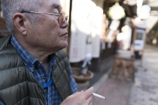 高齢男性の喫煙の写真