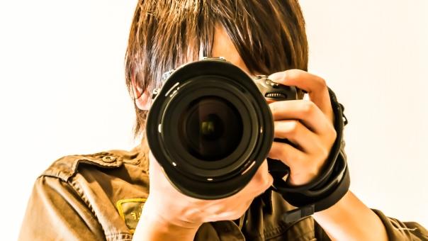 カメラマン カメラ シャッター 一眼レフ れんず 男性 仕事 趣味 撮影 ミリタリーシャツ ミリタリー 写真 青年 hdr 日本 日本人 カメラマン ハンドストラップ 高価 デジカメ 一眼 レンズ かっこいい プロ