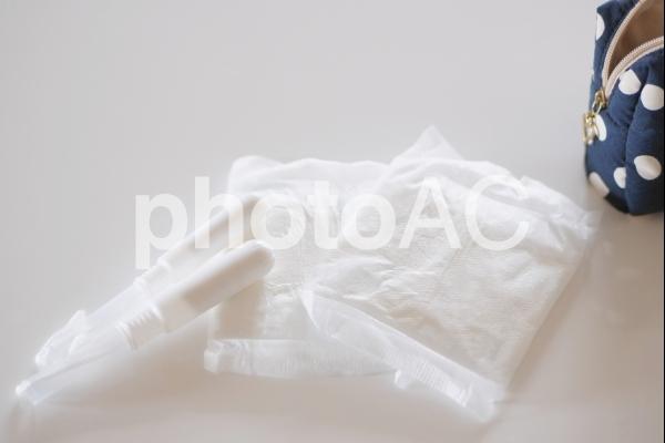 生理用品と携帯ポーチの写真