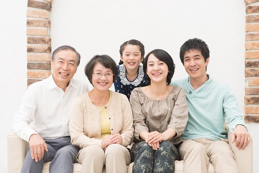人物 日本人 家族 親子 ファミリー  三世代 二世帯 5人 両親 義両親  こども 子供 孫 娘 女の子  小学生 笑顔 スマイル 仲良し 屋内 部屋 室内 リビング ソファ 座る 集まる 団欒 だんらん 並ぶ 一列   mdjf017 mdfk014 mdfs003 mdjm016 mdjms004