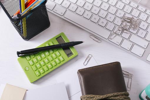 キーボード パソコン ビジネス 通信 産業 インターネット メール  周辺機器 屋内 オフィス 入力装置 家電 事務用品 デスクワーク ボタン 機械 ビジネスアイテム 文字 アルファベット 仕事 ネットワーク オンライン マウス デスク 操作 ペン立て 文房具 ペン 財布 計算機 電卓 クリップ
