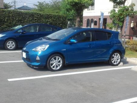 自動車 トヨタ アクア 青い車 青 車 駐車場 ハイブリット HV エコ 環境